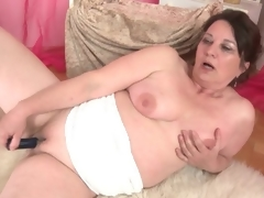 Curvy grown-up bonks her shaved pussy with a toy